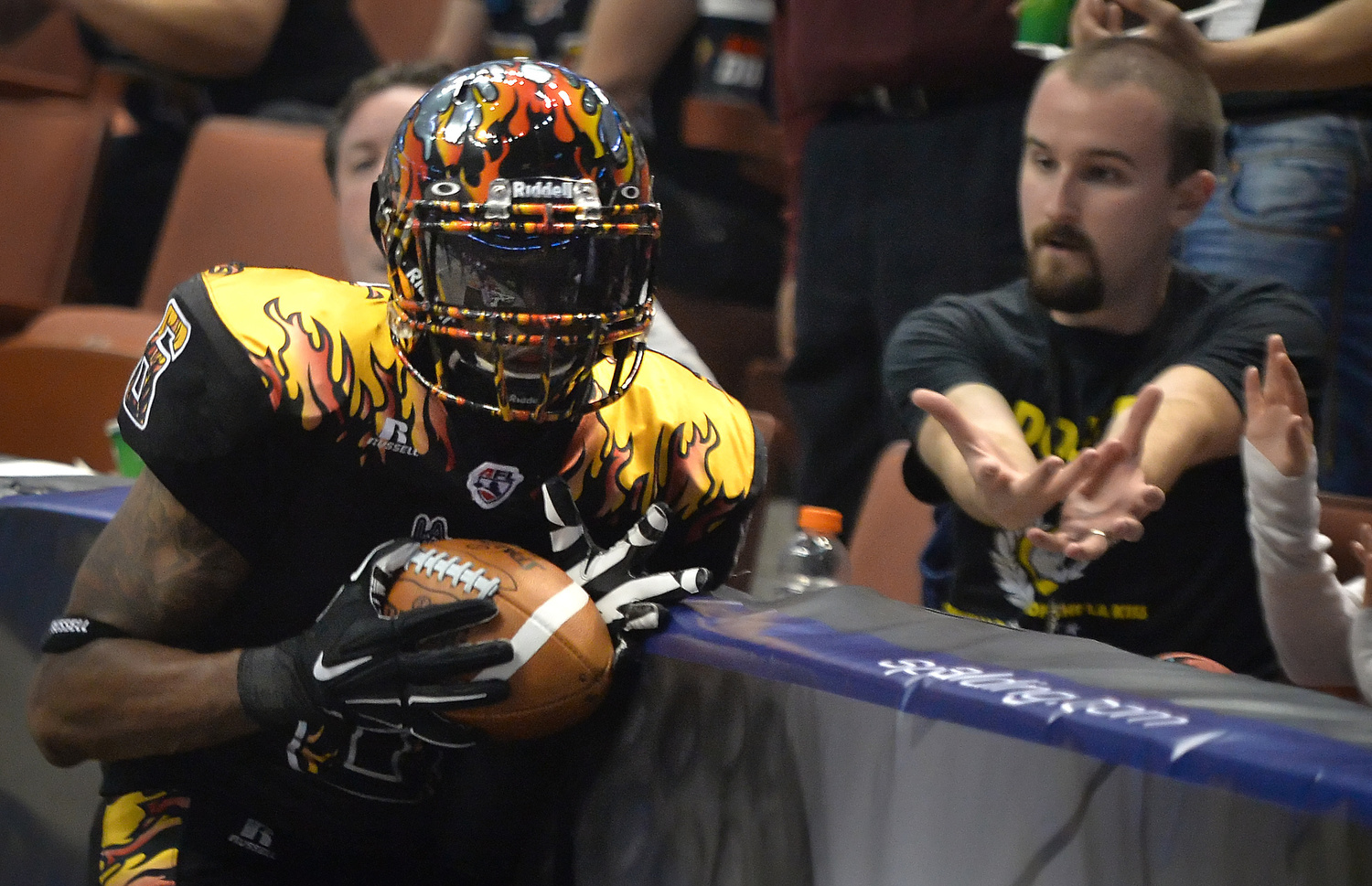 LA KissÕ Thyron Lewis catches a pass as a fan reaches out in case he missed during an arena football game against the Las Vegas Outlaws at the Honda Center. STEVEN GEORGES, CONTRIBUTING PHOTOGRAPHER ///ADDITIONAL INFORMATION:  LA Kiss vs. Las Vegas Outlaws arena football at the Honda Center. 7/25/15 Slug:  LAKiss.0412